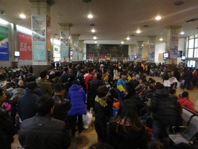 Avant de monter dans le train pour Chengdu, faut faire la queue!