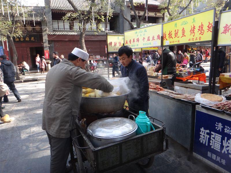 Vendeur ambulant d'épis de maïs